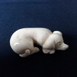 """""""Liegender Hund"""" aus Mammut-Elfenbein"""