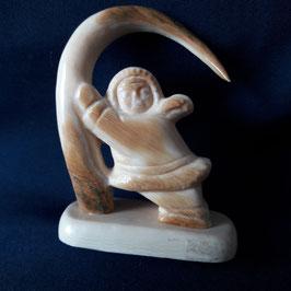 """""""Eskimo mit einem Mammutstoßzahn"""" aus Mammut-Elfenbein"""