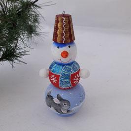 Schneemann mit Hase.  Roter Hut. Tannenbaumschmuck
