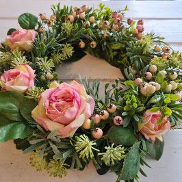 Kranz mit Rosen und Beeren