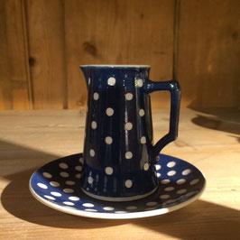 Blau-weisses Milch-Kännchen mit Teller