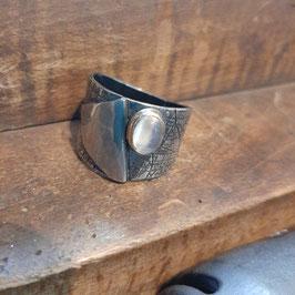 4/2020 gefalteter Ring mit Muster und einen in 750 Gold gefassten Mondstein