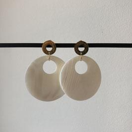 Pearl oorbellen | Ronde schelp met gouden steker