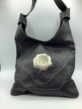 Umhängetasche Leder in schwarz mit Metallemblem (Bestell-ID 40004b)