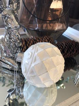 Weihnachtskugel weiß mit Ornamenten Variante 1