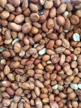 Erdnüsse ganz