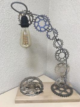 Lampe de bureau en pignon sur planche de hêtre