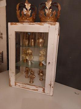 stoere brocante vitrinekast met chippy verf, die zowel kan hangen als staan. er zit een scheurtje in het linkse ruitje, daar is de prijs ook naar. afmetingen 70 x 50 x 30 cm