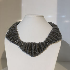 Grau halsnahe Kette mit kleinen Perlen