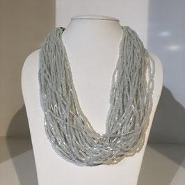 Kette aus mehreren hellgrauen Perlen-Strängen