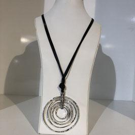 Lange schwarze Halskette mit silbernen Kreisen