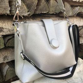 Sportliche Tasche in Silber mit schwarz-silbernem Riemen