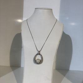 Silberne lange Kette mit ovalem Strassanhänger und Perle in der Mitte