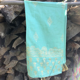Türkis farbenes Tuch mit goldenen Quasten und goldenen Ornamenten