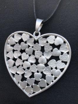 Silberner Herz-Anhänger mit vielen kleinen Herzen an langer schwarzer Kette
