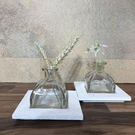 Glasvase auf einem Holz-Tablett