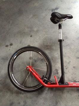 Sitz mit Stützstange, aus dem Roller wird ein Laufrad