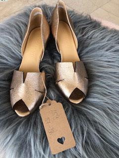 Goldene Sandale von Viola Fonti