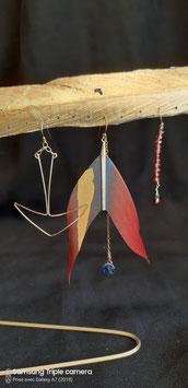 Trio à l'Ancre, plume bleue et rouge et ligne de grenat boucles d'oreilles gold filled cyanite et grenat