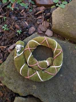 Dreadspirale Moosgrün mit Rabenschädel