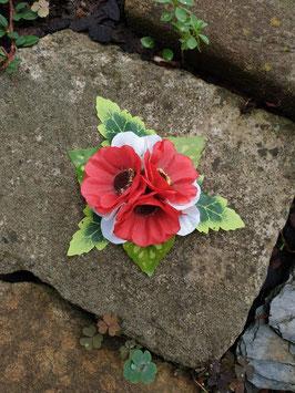 Blütenhaarklemme mit roten und weißen Blüten
