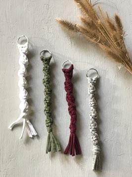 Handgeknüpfte Schlüsselanhängerr - teils biologisch handgefärbt