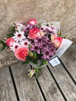 Bouquet de seis  rosas y flor de temporada