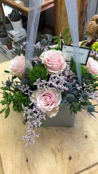 Caja de rosas y flor de temporada