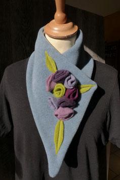 Col Echarpe  Bleu ciel - Boutons de roses violettes