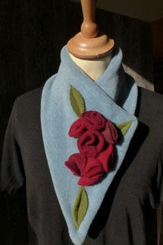 Col Echarpe  Bleu ciel - Boutons de roses rouges