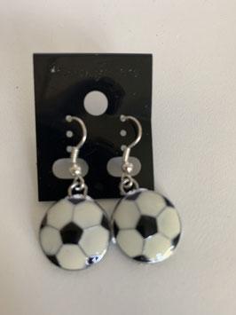Ohrringe mit einem gewölbten Fußballanhänger