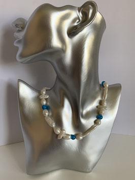 Weiße Süßwasserperlen und unterschiedlichen Biwa-Perlen sowie türkisfarbenen Glassteinen