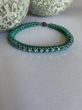 Gefädeltes Armband in grün mit  Swarovskisteinen