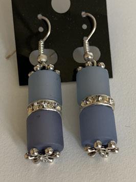 Ohrringe aus matten Polarisröhren 8mm in hell- und mittelblau mit Straßzwischenteil