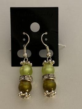 Ohrringe aus glänzenden Polarisperlen 6 mm in gelb und oliv mit Straßzwischenteil