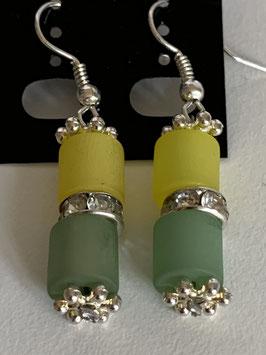 Ohrringe aus matten Polarisröhren 6 mm in gelb und grün mit Straßzwischenteil