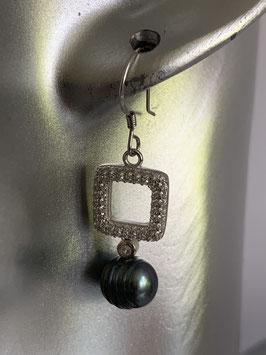 Ohrringe mit einem quadratischen Strasselement und einer schwarzen Süßwasserperle