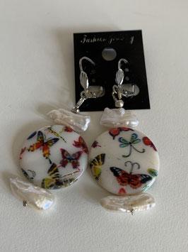 Ohrringe mit Biwa-Perlen und Perlmuttscheibe mit Schmetterlingen