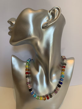 Farbenfrohe Halskette mit Straßperlen und Straßrondellen