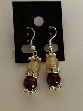 Ohrringe aus glänzenden Polarisperlen 6 mm in champagner und braun mit Straßzwischenteil