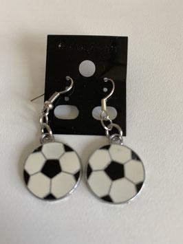 Ohrringe mit einem flachen Fußballanhänger