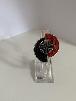 Versilberter Armreif mit verarbeiteten Nespressokapseln in rot und schwarz