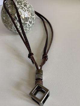 Größenverstellbare braune Lederkette mit verschiedenen Metallanhängern