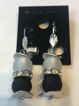 Ohrringe aus matten Polarisperlen 8 mm in weiß und schwarz mit Straßzwischenteil