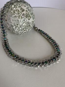 Gefädelte Halskette mit Kristallperlen schimmernd in grün/blau
