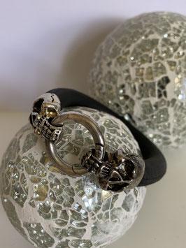 Armband aus weichen Kautschuk mit Verschluß aus Totenköpfen