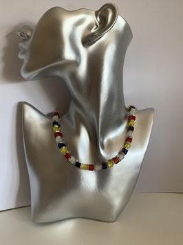 Halskette aus Polarisperlen 6mm in rot, weiß, blau und gelb mit Straßzwischenteilen