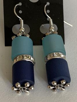 Ohrringe aus matten Polarisröhren 8mm in mittel- und dunkelblau mit Straßzwischenteil