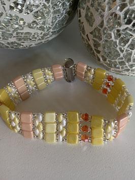 Gefädeltes Armband mit diversen Perlen und Steinen in Gelbtönen