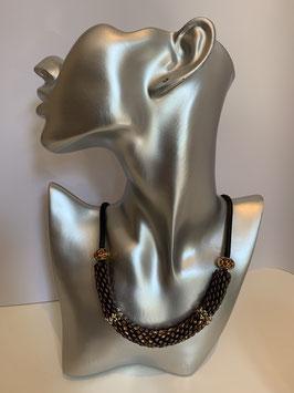 Gefädelte Halskette mit Duettperlen in Röhrenform in Brauntönen und schwarzer Textilschnur